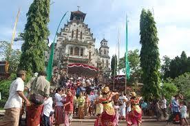 Le danze Balinese all'interno di una processione at The Catholic Church at Palasari - Bali