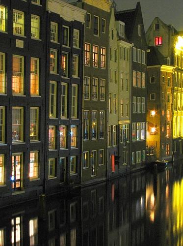 Amsterdam ja elämä ikkunoissa; kansa joka ei käytä verhoja illallakaan. Tykkään.