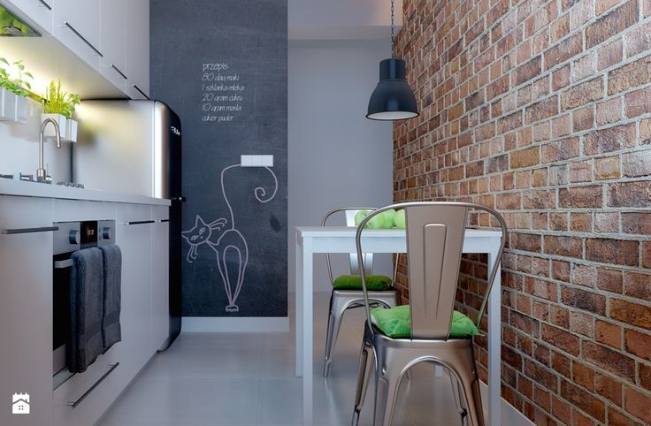 ceglana ściana w kuchni, metalowe krzesło, białe meble kuchenne, farba tablicowa