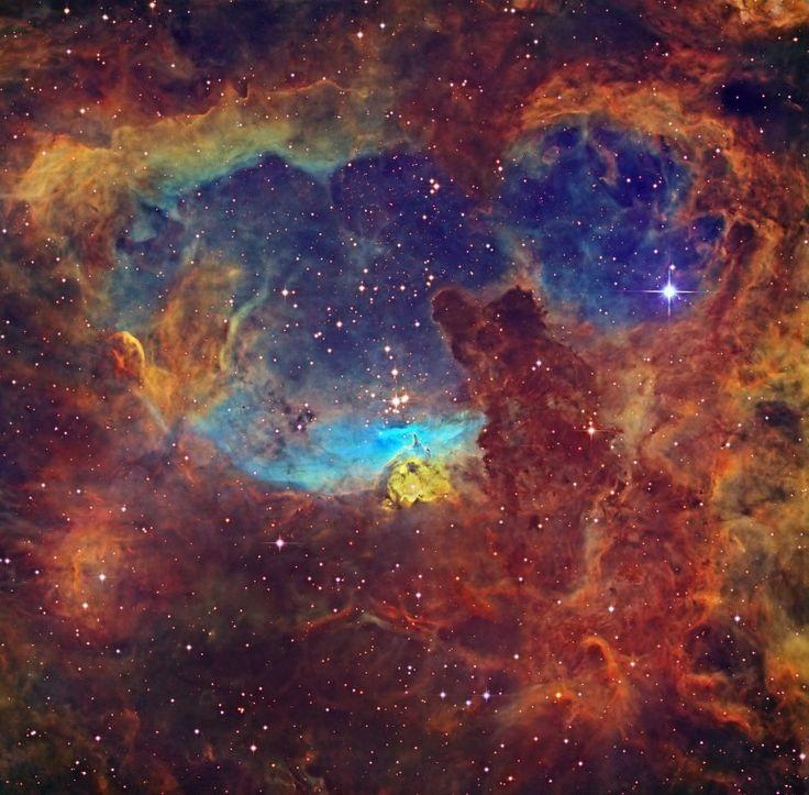 Além de estrelas colossais, essa nebulosa é uma belíssima tela de fundo