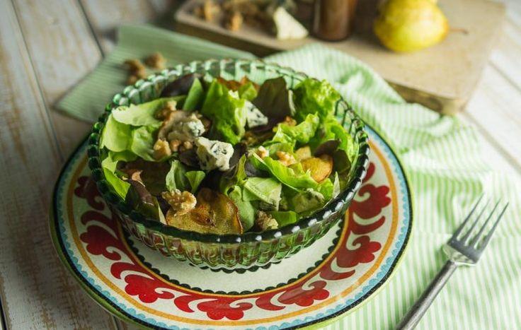 salada-de-folhas-verdes-com-peras-assadas_nozes-e-queijo-gorgonzola_mario-galluzzi-cozinha-de-afeto