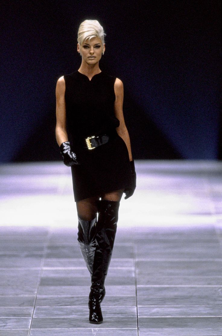 Versace Fall 1991 Ready-to-Wear Fashion Show - Linda Evangelista– SPECIAL NOTE: Style is gone, Vogue has taken it over with a section called Vogue Runway. They have more full runway shows than Style did so now I am including the full Versace shows from Fall/Winter 1991 to 1992