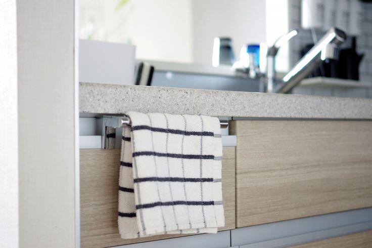 掃除のしやすいキッチン!まるで作り付けなタオルバー。そしてニトリのタオルが・・ | サチ…あれ♪ ~北欧インテリア~
