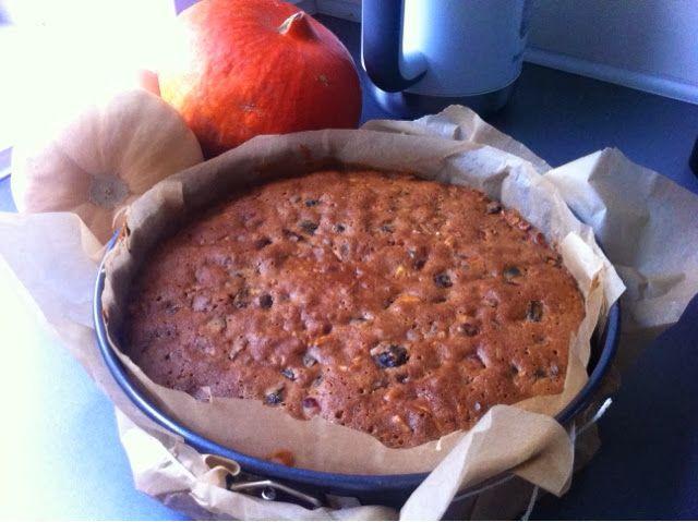 En rommættet kage med tørret bær, nødder og krydderier pyntet med marcipan og royal icing.