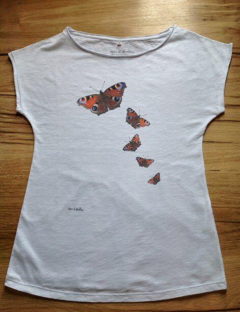 T-shirt fiammata con farfalle / Tshirt with butterflys http://www.assodibottoni.com/tshirt-maglietta-donna-farfalle.html