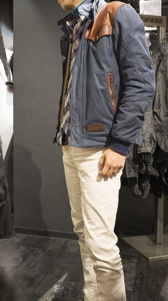 横からのアングル。 ジャケットの好きなところは、ブルーのテキスタイル生地の風合いとブラウンのレザーがすごいマッチしているところデス。