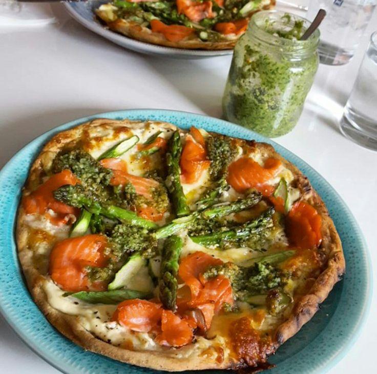 Denne pizzaen er bare helt utrolig god og strålende enkel å lage! Friske og gode smaker som passer utrolig godt sammen. Røkt ørret og asparges ligger på en cremet base og sprøstekt mozzarella toppe…