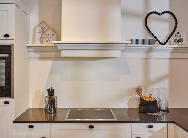 Landelijke keuken met schouw en inductiekookplaat. Bekijk meer foto's, gegevens en prijzen op onze website. #landelijk #schouw #wit