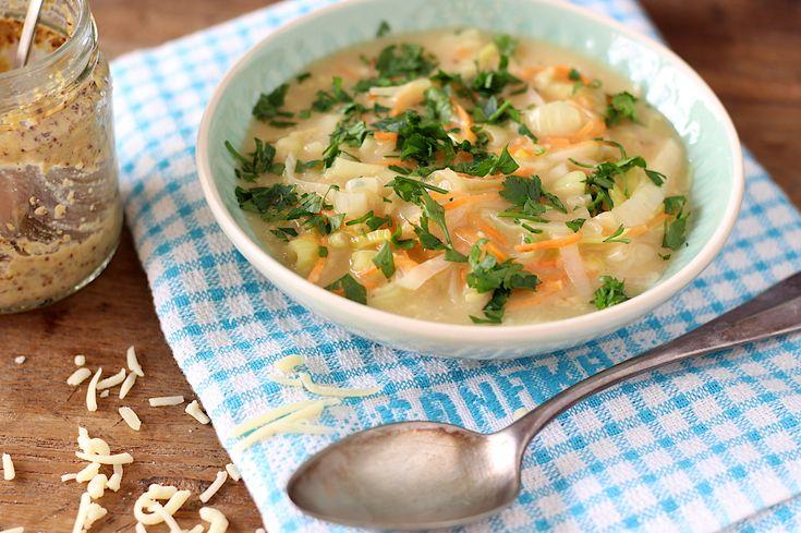 Ik maak een serie van bekende gerechten die omgetoverd worden tot soep. Vandaag is de kaasfonduesoep aan de beurt, zalig met de gesmoorde prei en wortel.