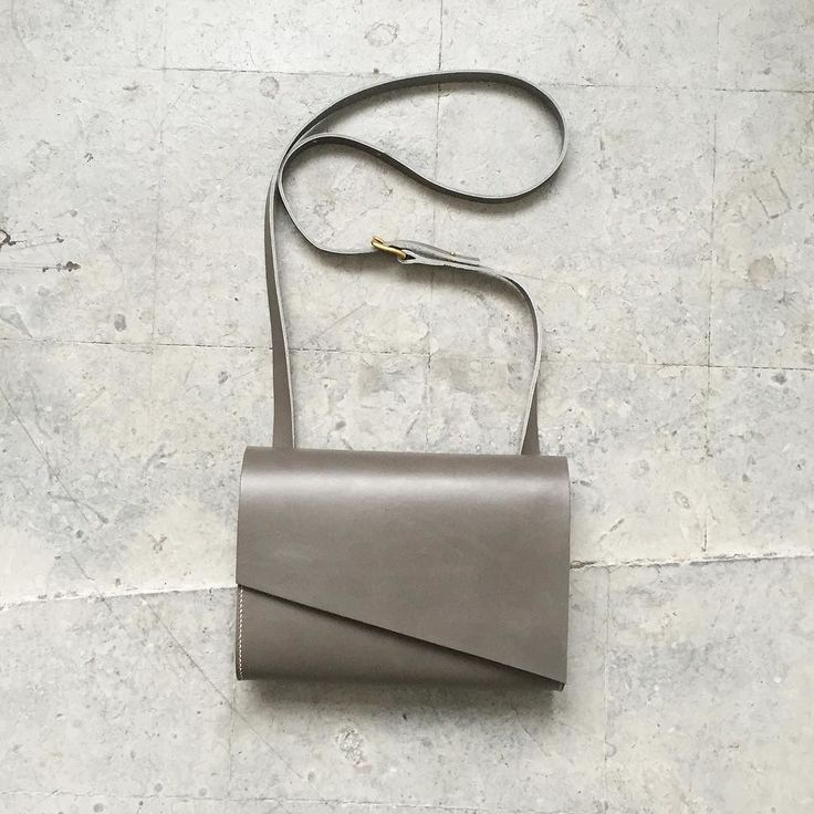 Grey leather is the perfect partner for the metallics bold colours and lux fabrics such as velvet and silk that are so right for this autumnal season. This pioneer mini was designed specially for the lovely @magpieontherun #asymmetricbag #greyleather #minibag #autumnfashion #carv #carvlondon