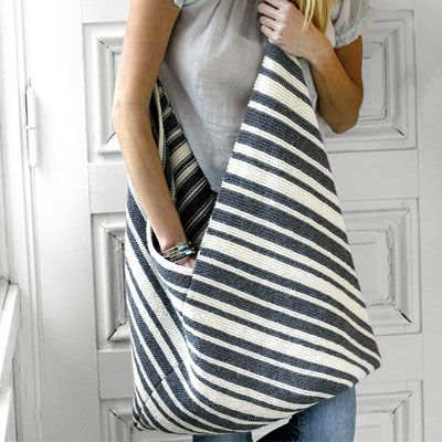 Strik et langt stykke med striber, fold det efter tegningen, og du har en smuk taske med diagonalt mønster.