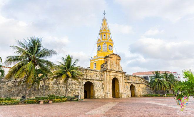 Viaje por las calles de Cartagena de Indias en Colombia ciudad amurallada y heroica del caribe colombiano. Visita en color del centro colonial e histórico. https://blogtrip.org/visitar-calles-cartagena-de-indias-colombia/