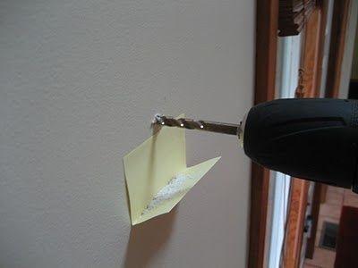 Ev İşlerini Kolaylaştıracak Pratik Bilgiler:Matkap yaparken yere toz dökülmemesi için duvara bir post it yapıştırıp kenarını kıvırın.