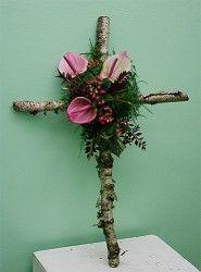 Florystyka żałobna - krzyż z różowymi kwiatami