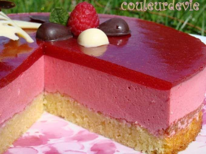 Recette Dessert : Bavarois aux framboises, miroir aux fraises, sur fondant aux amandes par Couleurdevie