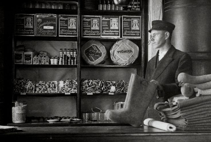 Otavan osuuskaupan nuori apulainen 1920-luvulla.