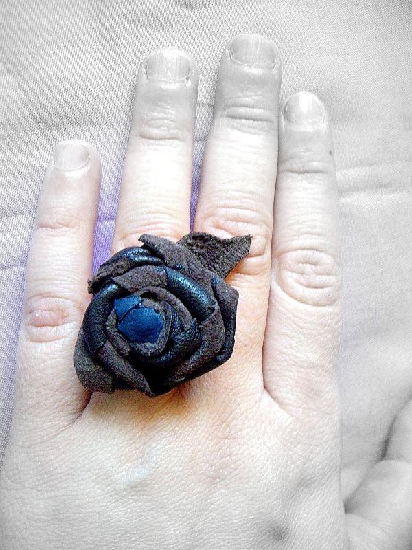 Anello realizzato in pelle bordeaux e blu  http://serendipityofficinadelleidee.blogspot.it/