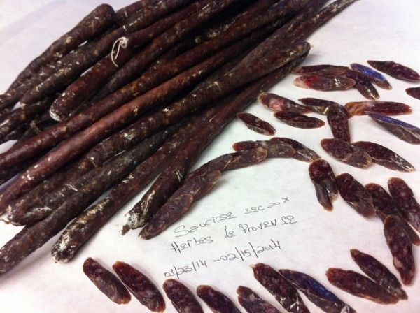 """Небольшие вяленые сосиски с прованскими травами. Готовый продукт имеет очень """"мясной"""" и одновременно """"весенний"""" вкус. 23 Января: Нарезал 3860 гр.…"""