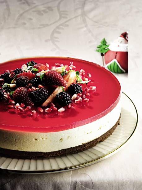 Cheesecake de limão com frutas vermelhas: sabor irresistível  http://claudia.abril.com.br/gastronomia/sobremesas-para-o-natal-54-receitas-irresistiveis/