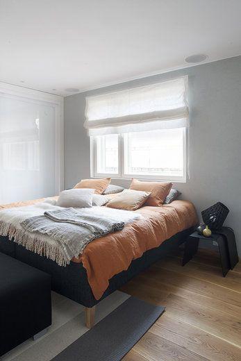 Makuuhuoneen lämmin tunnelma kutsuu rentoutumaan, lisää ideoita www.lammi-kivitalot.fi