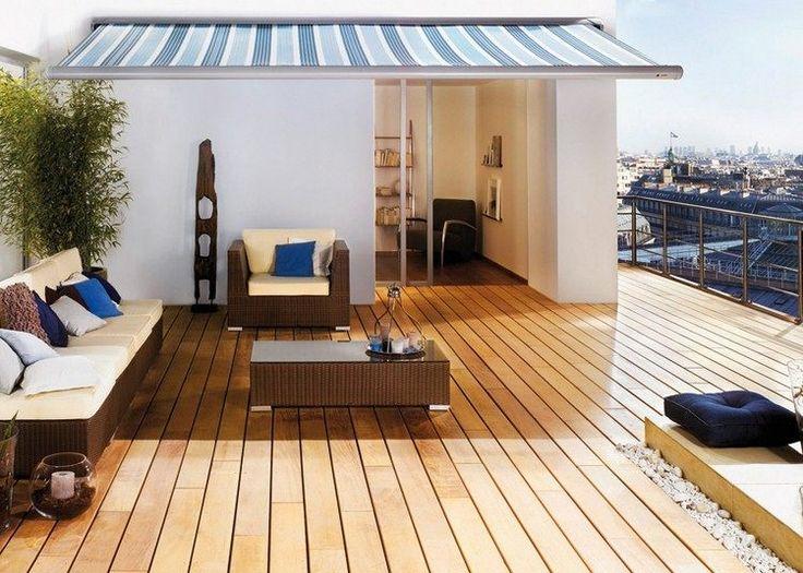 revêtement terrasse en lattes de bois massif, meubles en résine tressée et tente rayée