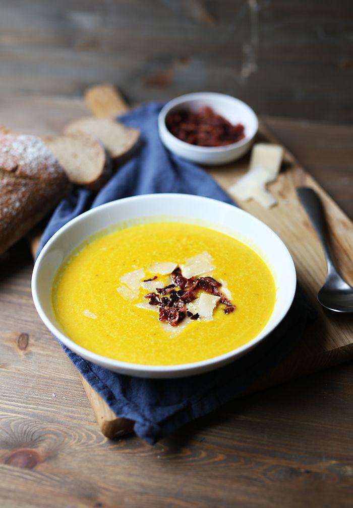 En varmende gul suppe servert med sprøstekt bacon og parmesan. Nå kan vinteren bare komme:)