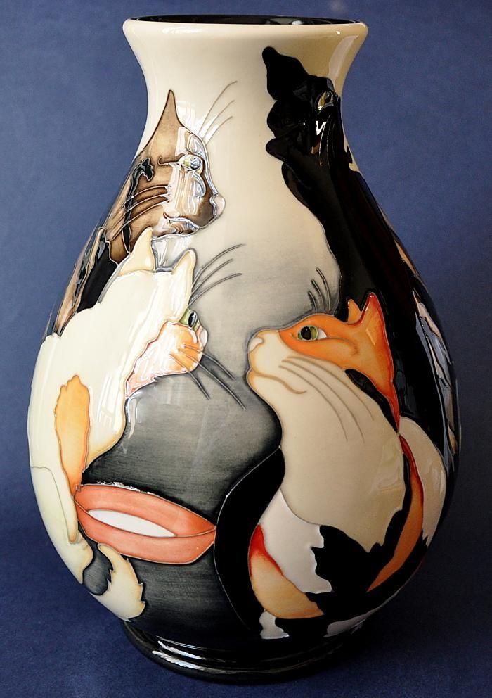 Moorcroft Керамика  Cat хор 7/10 2 5 см в высоту по цене £ 620.00 РРП  £ 690.00  Муркрофт Pottery Кошачий хор 7/10 Эмма Bossons