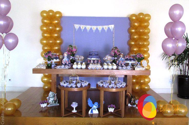 Festa Princesa Sofia. Torre de balões dourada + Arranjos de lateral com balões de 11 polegadas Pearl.  Crédito: Balões: Balão Cultura Decoração: O Chá das 5  www.boxbalao.com