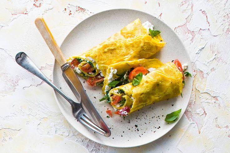 Allerhande: Omelet met hüttenkäse en basilicum Gemaakt met mozzarella, beetje rucolablaadjes en snuf peper. Erg lekker.