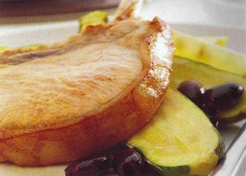 Le braciole di maiale al forno con zucchine costituiscono un gradevole secondo piatto, la carne di maiale verrà messa in una marinata di succo di lim...