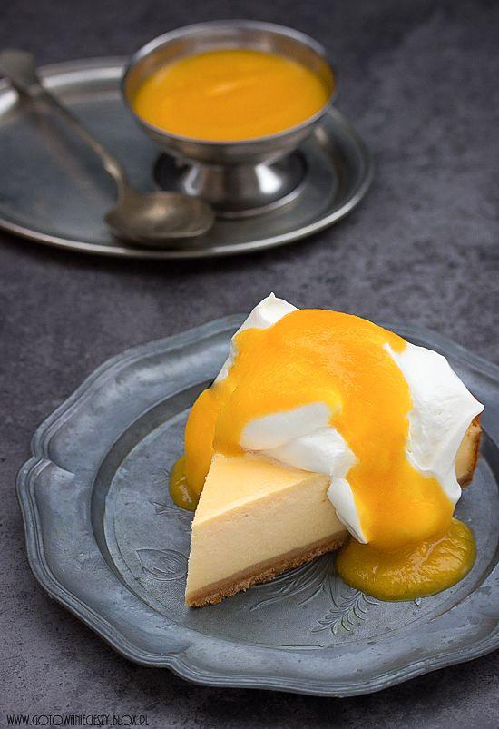 Sernik z mascarpone i mango. Bogaty w smaku i w kremowej konsystencji, wręcz luksusowy. Dla miłośników serników z owocowym akcentem dodatkowa porcja musu z