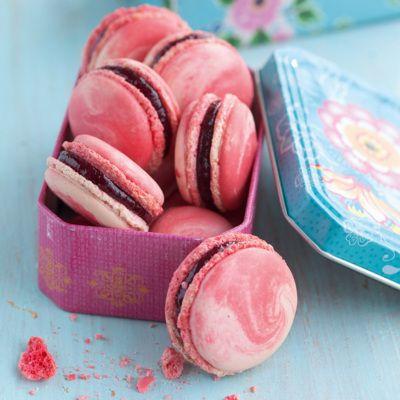 Rosafarbene und rote Macaron-Massen verlaufen hier im Spritzbeutel ineinander und verleihen den Macarons eine zarte Marmorierung.