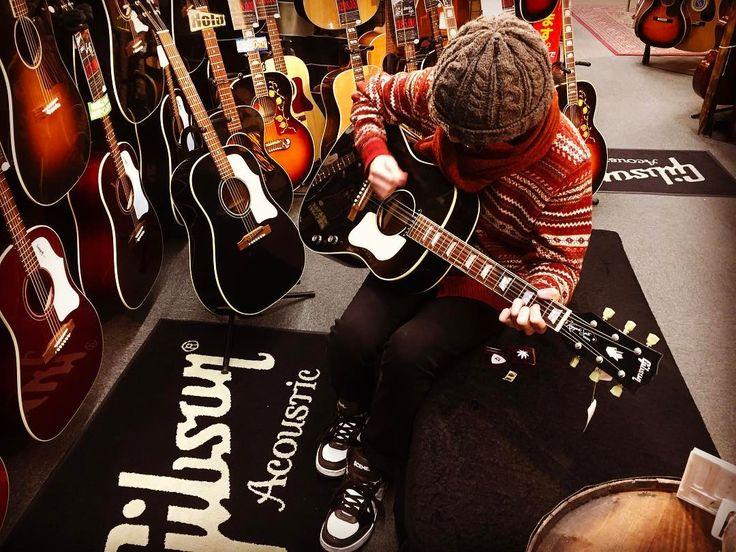 """2017年1月14日,OHORI123にとっては,三度目となる御茶ノ水の訪問において,理想のアコースティック・ギターを選定/入手すべく,4〜5時間かけて複数の楽器店を廻り,試奏しまくりました!  御茶ノ水に到着して,最初に訪れたのは,クロサワ楽器の御茶ノ水駅前店。  ここでは,Gibsonのアコギを複数試奏しましたが,勿論,Kazuyoshi Saito J-160Eもしっかりと��  ブラック・カラーによって,かっこよさに拍車がかかっただけでなく,通常のJ-160Eスペックである,合板トップ&ラダー・ブレーシング,アジャスタブル・サドルから,サーマリー・エイジド単板トップ&Xブレーシング,固定サドルに変更したことで,より,アコギとしての鳴りを追求したものとなりました。  以前のJ-160Eに抱いていた""""とにかく,アコギにしては鳴らない""""といイメージを,大きく覆したのです。  ニッケル弦がデフォルトで張ってある為,テンションも弱めで,ハイポジションが弾きやすくなっていますねb """"I Feel Fine""""のイントロも,楽々(^^)…"""