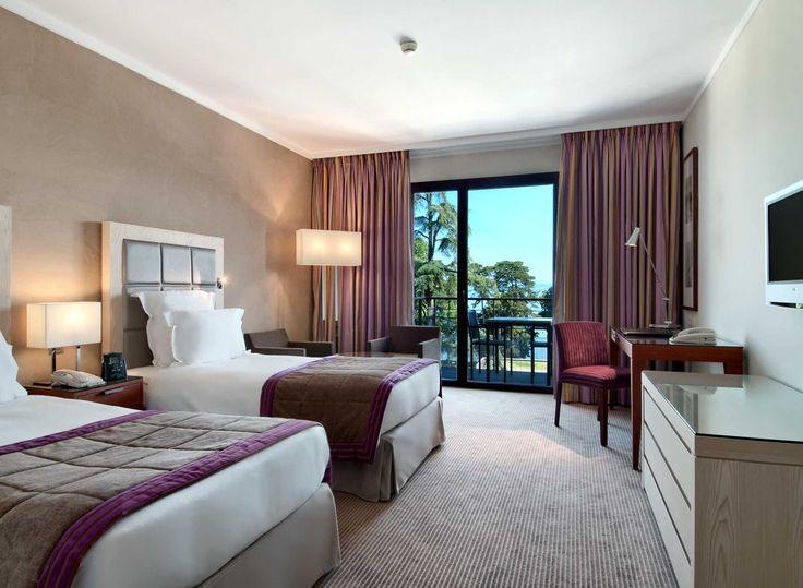 Lits jumeaux dans la chambre de luxe de l'hôtel Hilton à Évian-les-Bains   France  #France #Evian #Hotel #Chambre #Bedroom #Lit #Bed #Hilton