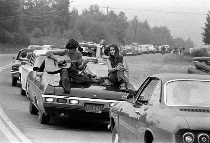 """A Bethel, nello stato di New York, una fila di auto porta giovani e persone di ogni età ad assistere al mega raduno di Woodstock per la storica tre giorni di """"Pace, amore e musica"""", nell'Agosto del 1969."""