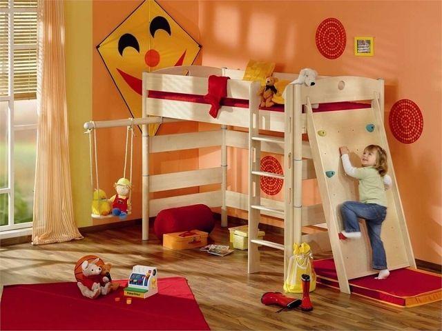 lit mezzanine en bois clair avec un mur d'escalade intégré