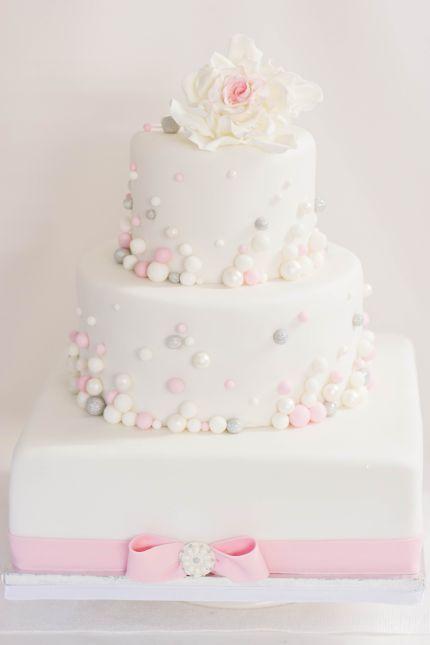 Elegante Hochzeitstorte  im Farbschema rosa, weiß, silber von www.suess-und-salzig.de