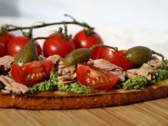 Bruschetta with tuna and Italian green sauce