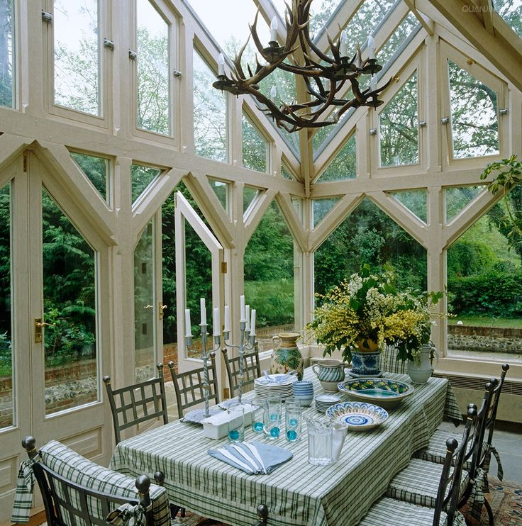 Glass conservatory in english designer 39 s home less is a for Conservatory dining room design ideas