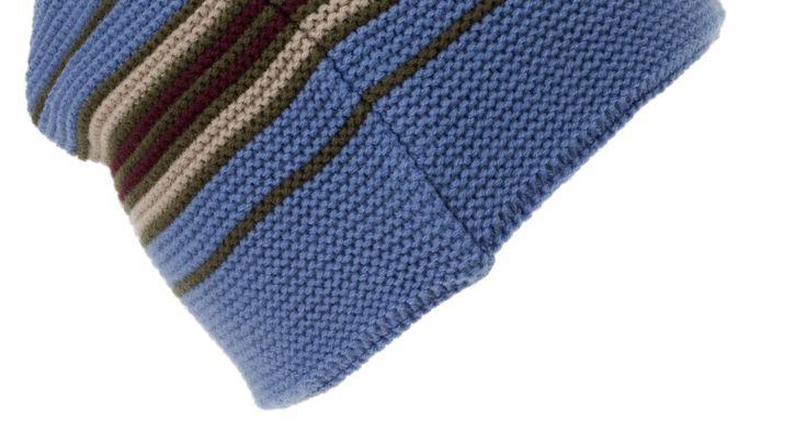 Cómo tejer una gorra de lana usando el método de una máquina tejedora. Las gorras tejidas mantienen cómodos y cálidos los oídos tanto de personas jóvenes como de ancianos en los días más fríos del invierno. Con una máquina de tejer, trabajas rápidamente y estos objetos son ideales para pequeños proyectos tejidos para miembros de la familia, para bazares de caridad o de la iglesia. También puedes hacer calcetines que ...