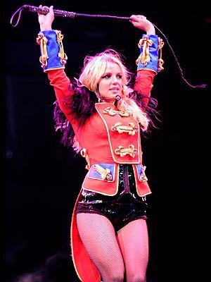 ¿Es que alguien esperaba que la vistiera Carolina Herrera? Sería una total incongruencia que en una gira con la fuerza de Circus Britney Spears h...