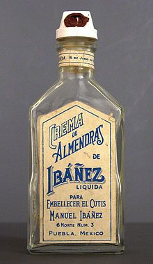 Bottle for a cream of almond liquor from Mexico (beginning of 20th century) from the permanent collection of the Museo del Objeto del Objeto