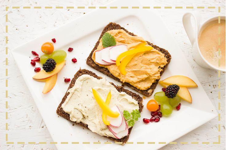 Chleb żytni, hummus i garść świeżych owoców! Lekkie i pożywne śniadanie na lato podano!