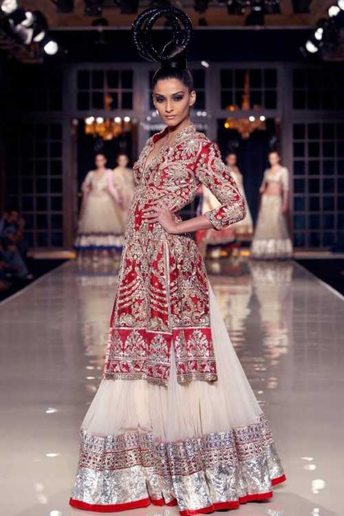 Sonam Kapoor in Delhi Couture Week 2011, walking for Manish Maholtra