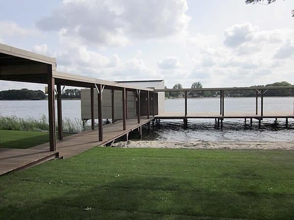 Hardhouten vlonders en overkappingen voor saunacomplex SpaSereen te Maarssen