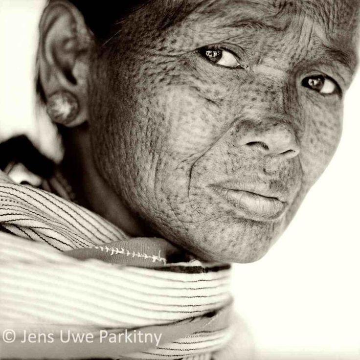 Jens Uwe Parkitny photographie les visages tatoués des femmes Chin en Birmanie.