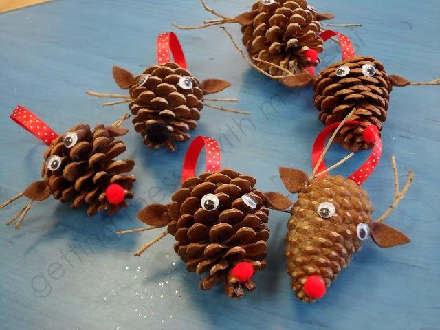 Renos de Navidad con piñas