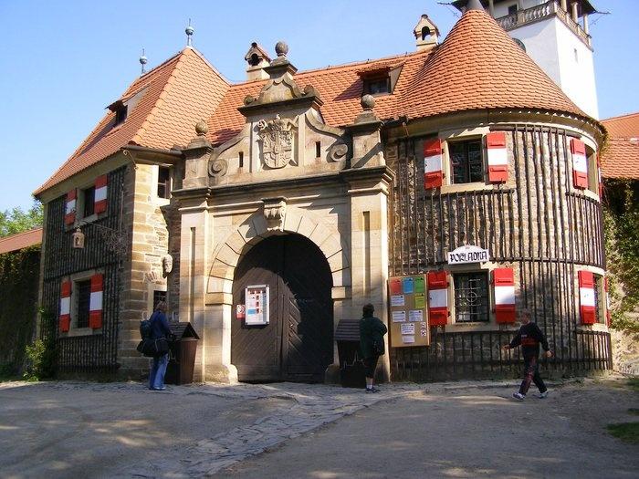 Blízké památky: Bouzov - vstup do hradu.
