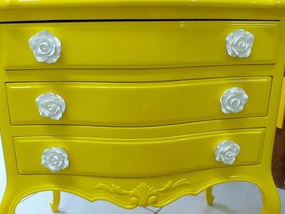 Ateliando - Customização de móveis antigos  Puxadores novo em madeira com pintura provençal feito pelo Ateliando