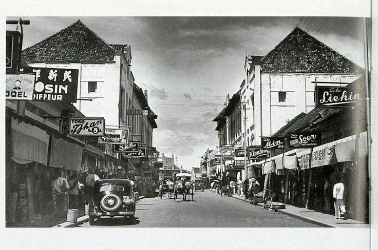 De ABC straat van de Chinese winkelcentrum  Passar Baroe te Bandoeng circa 1940.